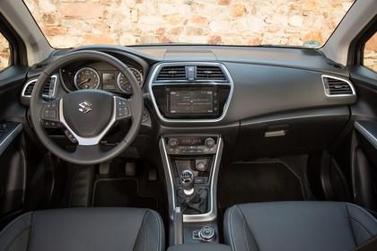 Suzuki SX4 S-Cross Innenansicht statisch Vordersitze und Armaturenbrett
