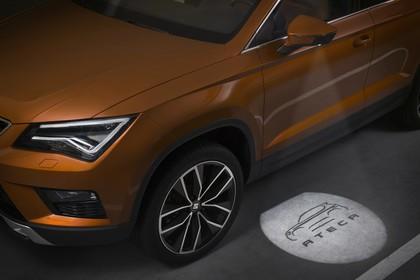 SEAT Ateca KH schräg statisch Fahrertür mit Einstiegsbeleuchtung orange