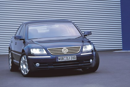 VW Phaeton 3D Aussenansicht Front schräg statisch dunkelblau