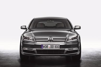 VW Phaeton 3D Facelift Aussenansicht Front statisch Studio grau