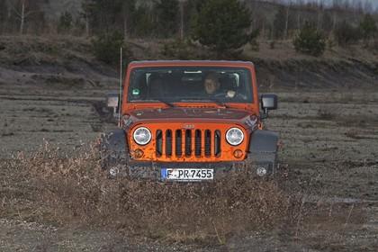 Jeep Wrangler JK Aussenansicht Front dynamisch rot
