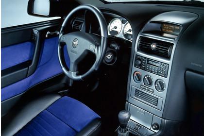 Opel Astra G Coupe Innenansicht Fahrerposition Studio statisch blau