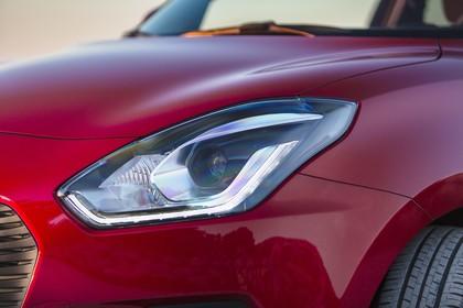 Suzuki Swift AZ Aussenansicht Front schräg statisch Detail Scheinwerfer links rot