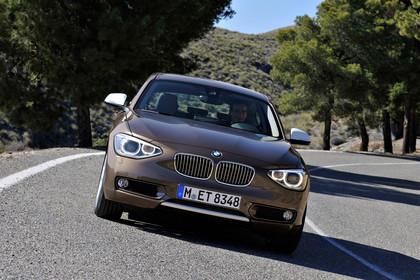BMW 1er Dreitürer F21 Aussenansicht Front dynamisch hellbraun