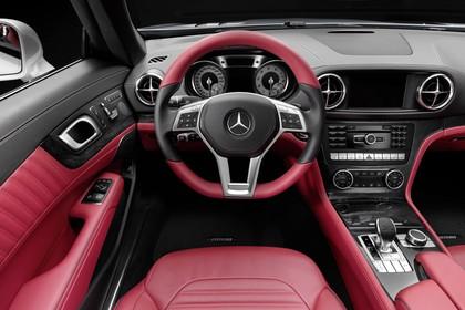 Mercedes SL R231 Innenansicht Studio Fahrerposition statisch schwarz rot