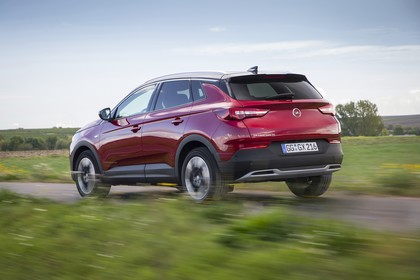 Opel Grandland X Z Aussenansicht Heck schräg dynamisch rot