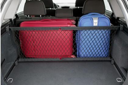 Opel Astra H Caravan Innenansicht Kofferraum halb beladen statisch grau