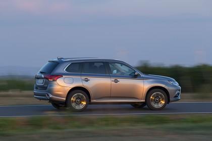 Mitsubishi Outlander Plug-in-Hybrid CWO Aussenansicht Seite dynamisch grau