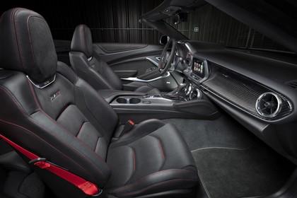 Chevrolet Camaro ZL1 Cabrio Innenansicht statisch Studio Vordersitze und Armaturenbrett beifahrerseitig