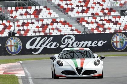 Alfa Romeo 4C Aussenansicht Front dynamisch weiss