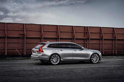 Volvo V90 P Aussenansicht Seite schräg statisch silber
