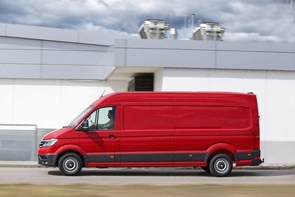 VW Crafter Kastenwagen Aussenansicht Seite dynamisch rot