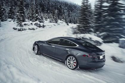 Tesla Model S Aussenansicht Seite schräg dynamisch grau