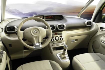 Citroën C3 Picasso SH Innenansicht statisch Studio Vordersitze und Armaturenbrett fahrerseitig