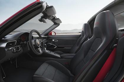 Porsche 911 Targa 4 GTS 991.2 Innenansicht statisch Vordersitze und Armaturenbrett fahrerseitig