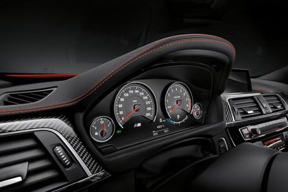 BMW M4 Coupe F82 Innenansicht Detail Kombiinstrument Studio statisch schwarz