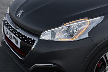 Peugeot 208 GTi A9 Aussenansicht Front schräg statisch Detail Scheinwerfer links und Grill grau