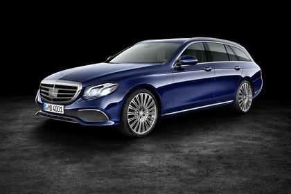 Mercedes W213 T-Model Aussenansicht Front schräg statisch Studio blau