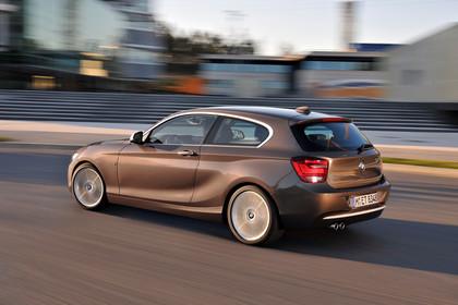 BMW 1er Dreitürer F21 Aussenansicht Heck schräg dynamisch hellbraun