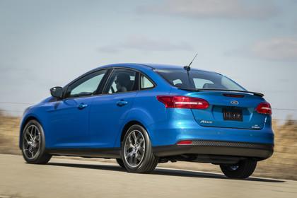 Ford Focus MK3 Stufenheck Aussenansicht Heck schräg dynamisch blau