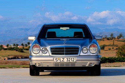 Mercedes Benz E-Klasse Limousine W210 Aussenansicht Front statisch silber