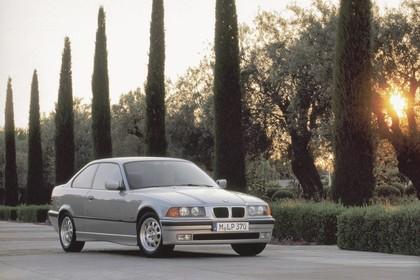 BMW 3er Coupé E36 Aussenansicht Front schräg statisch silber