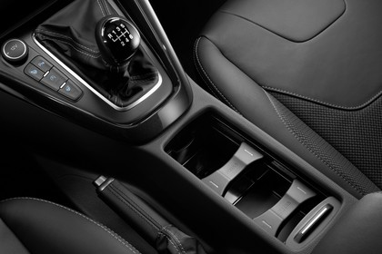 Ford Focus MK3 Stufenheck Innenansicht Detail Mittelkonsole 6Gang statisch schwarz