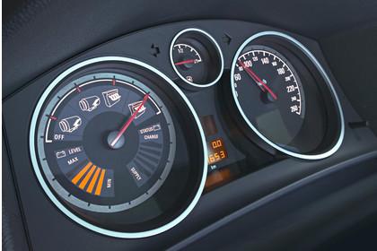 Opel Astra J GTC Innenansicht Detail Kombiinstrument dynamisch schwarz