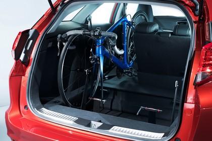 Honda Civic Tourer 9 Aussenansicht Heck schräg statisch Studio rot Heckklappe geöffnet
