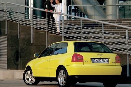 Audi A3 8L Aussenansicht Heck schräg statisch gelb