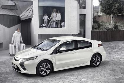 Opel Ampera Aussenansicht Seite schräg erhöht statisch weiss