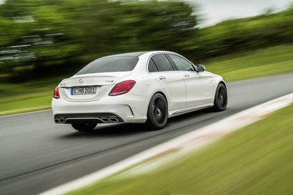 Mercedes AMG C-Klasse W205 Aussenansicht Heck schräg dynamisch weiss