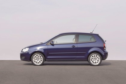 VW Polo IV 9N Dreitürer Facelift Aussenansicht Seite statisch dunkelblau