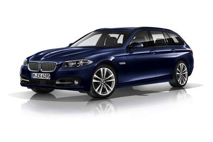 BMW 5er Touring F11 Aussenansicht Front schräg statisch blau