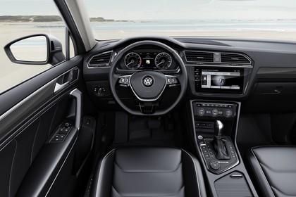 VW Tiguan Allspace AD Innenansicht statisch Vordersitze und Armaturenbrett fahrerseitig
