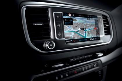 Peugeot Traveller V Innenansicht statisch Studio Detail Infotainmentsystem