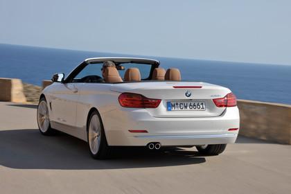BMW 4er Cabrio F33 Aussenansicht Heck schräg dynamisch weiss