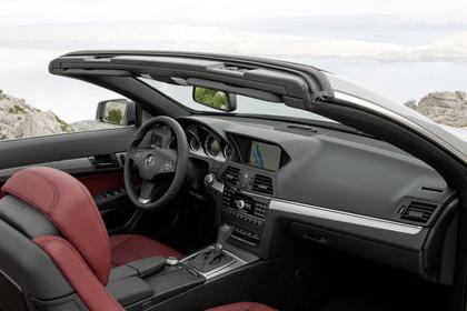 Mercedes-Benz E-Klasse Cabriolet A207 Innenansicht Einstieg Beifahrerseite statisch rot schwarz