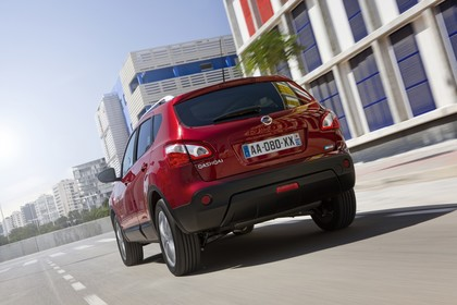 Nissan Qashqai Aussenansicht Heck schräg dynamisch rot