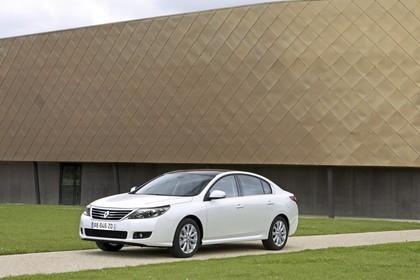 Renault Latitude L70 Aussenansicht Seite schräg statisch weiss