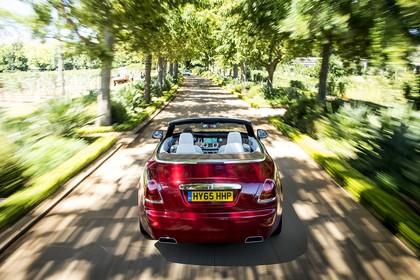 Rolls-Royce Dawn Aussenansicht Heck dynamisch rot