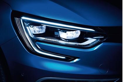 Renault Megane IV Aussenansicht Front schräg statisch Studio Detail Scheinwerfer rechts blau