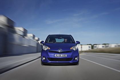 Toyota Verso-S XP12 Aussenansicht Front dynamisch blau