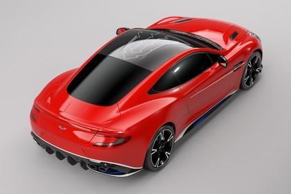 Aston Martin Vanquish VH Aussenansicht Heck schräg erhöht statisch Studio rot