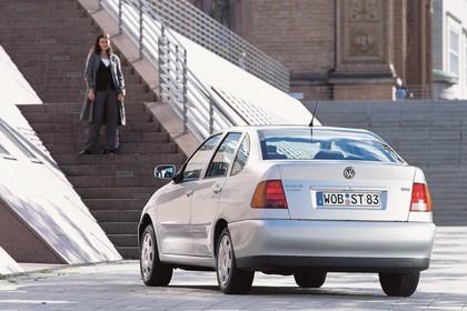 VW Polo 3 Limousine 6N Aussenansicht Heck schräg statisch silber