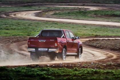 Toyota Hilux AN1P Aussenansicht Heck schräg dynamisch rot