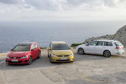 VW Golf 7 Facelift Dreitürer Aussenansicht Schrägheck und Variant statisch rot gold weiss