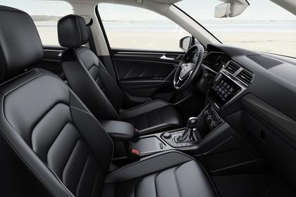 VW Tiguan Allspace AD Innenansicht statisch Vordersitze und Armaturenbrett beifahrerseitig