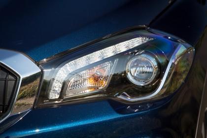 Suzuki SX4 S-Cross Aussenansicht Front schräg statisch Detail Scheinwerfer links dunkelblau