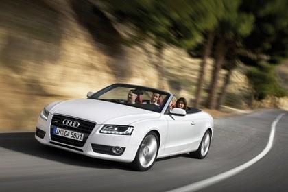 Audi A5 Cabrio Aussenansicht Front schräg dynamisch weiss